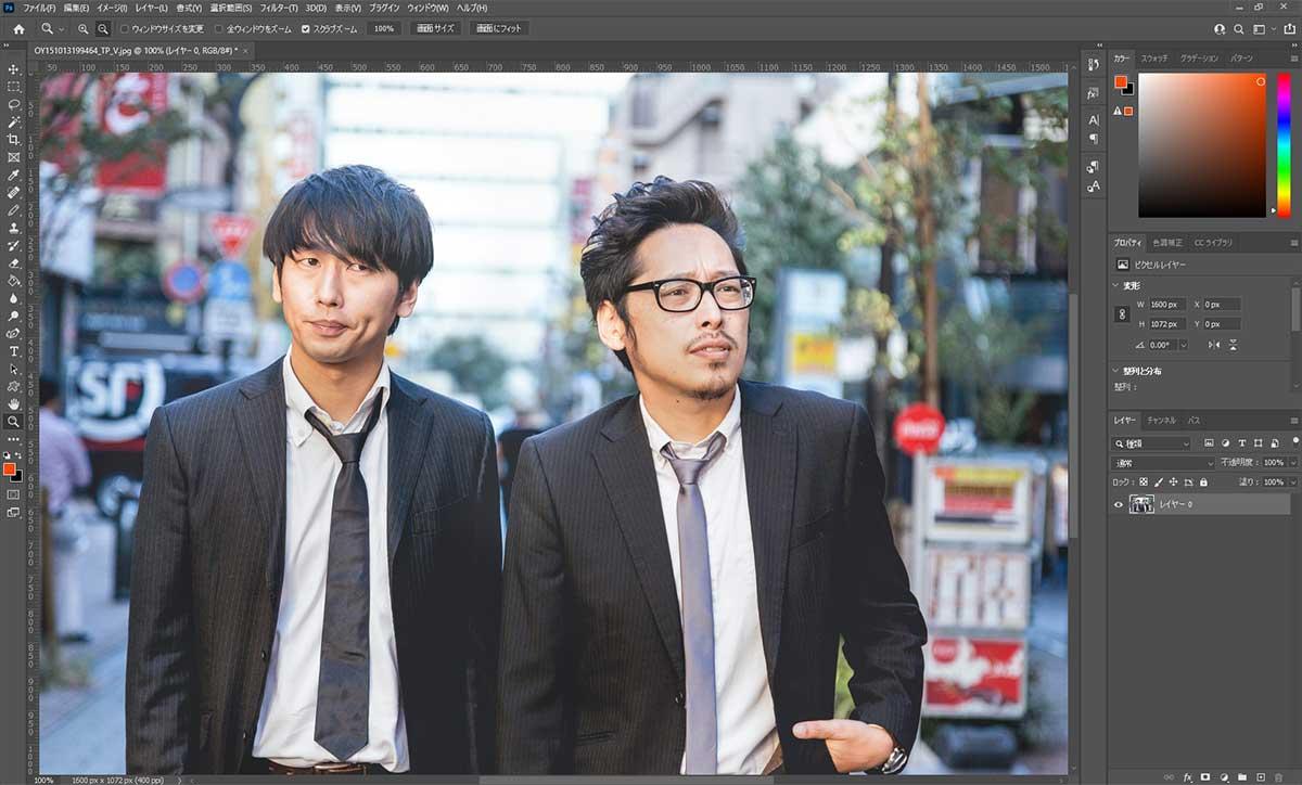 街を歩く二人の男性