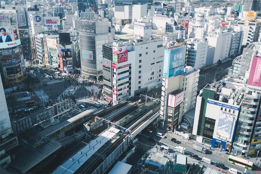 渋谷のスクランブル交差点と山手線